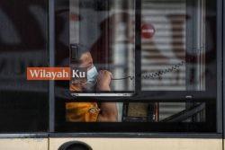 PEMANDU bas memakai topeng mulut dan hidung ketika betugas.