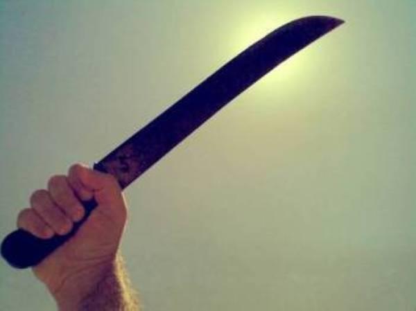 Penganggur mengaku tidak bersalah cederakan dua anggota polis, guna kayu, parang